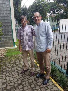 Dois homens sorrindo